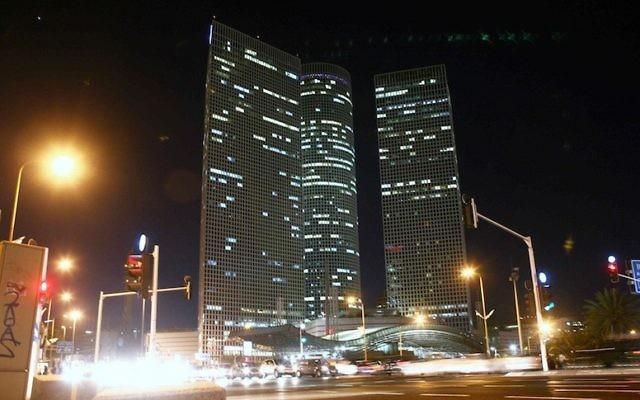 Le centre Azrieli de Tel Aviv, de nuit (Crédit : Yehoshua Yosef/Flash90)