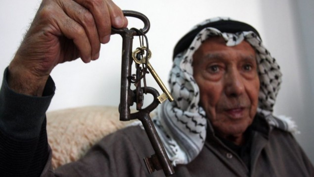 """Un réfugié palestinien avec la clé de son ancienne maison, à la veille du Jour de la Nakba, la """"catastrophe"""" qu'a représenté la création de l'Etat d'Israël, à Ramallah, le 14 mai 2012. (Crédit : Issam Rimawi/Flash90)"""