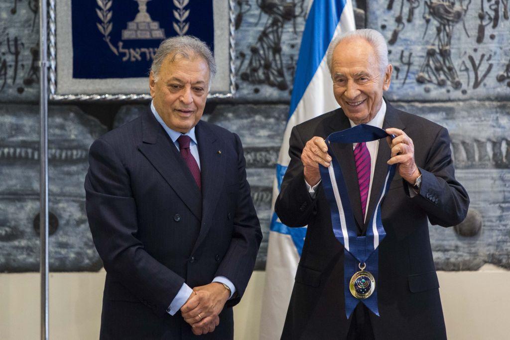 Zubin Mehta reçoit la médaille présidentielle des mains de Shimon Peres pour sa contribution à la vie culturelle du pays, le 15 octobre 2012. (Crédit : Yonatan Sindel/Flash90)