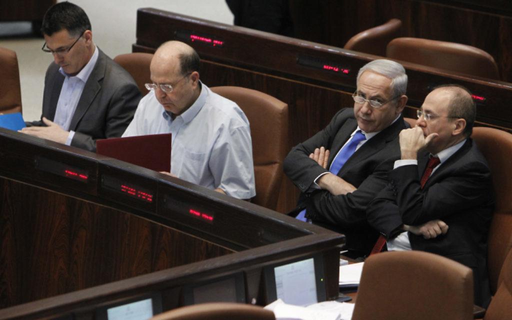 L'ancien ministre de l'Intérieur, Gideon Saar (à gauche), l'ancien ministre de la Défense, Moshe Yaalon (2e à gauche), le Premier ministre Benjamin Netanyahu (2e à droite) et l'ancien ministre de l'Energie, Silvan Shalom, à la Knesset, le 1er mai 2013 (Crédit : Miriam Alster/FLASH90)