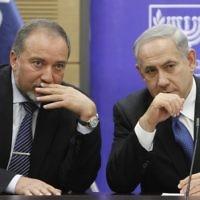 Avigdor Liberman, ministre de la Défense (à gauche) et le Premier ministre Benjamin Netanyahu (à droite). (Crédit : Yonatan Sindel/Flash90)