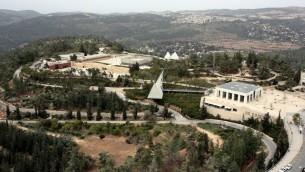 A bird's eye view of Yad Vashem and Mount Herzl in Jerusalem. (Yossi Zamir/Flash90) Une vue aérienne de Yad Vashem et du mont Herzl à Jérusalem (Crédits : Yossi Zamir / Flash 90)