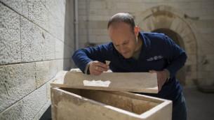 Le Dr Eitan Klein, directeur adjoint de l'unité de prévention du vol d'antiquités, au musée Rockefeller de Jérusalem Est, le 31 mars 2014. (Crédit : Yonatan Sindel/Flash90)