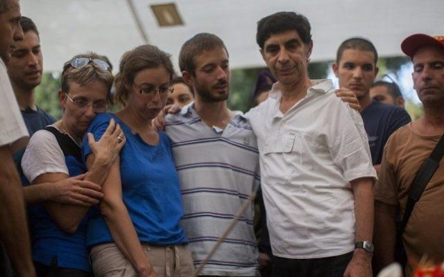 La famille du lieutenant Hadar Goldin en deuil à ses funérailles au cimetière militaire de Kfar Saba le 3 août 2014 (Crédit : Yonatan Sindel/Flash90)