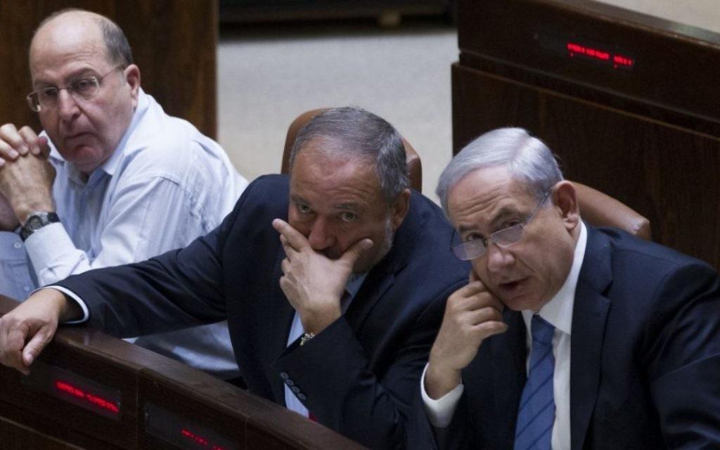 Le Premier ministre Benjamin Netanyahu, à droite, Avigdor Liberman, au centre, et Moshe Yaalon, à la Knesset, le 12 novembre 2014. (Crédit: Miriam Alster/Flash90)