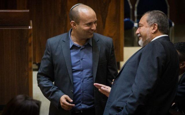 Le président du parti HaBayit HaYehudi, Naftali Bennett, et le président du parti Yisrael Beytenu, Avigdor Liberman, à la Knesset, le 22 juillet 2015. (Crédit : Hadas Parush/Flash90)