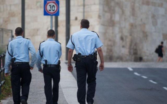 Policiers israéliens devant la Vieille Ville de Jérusalem. Illustration. (Crédit : Nati Shohat/Flash90)