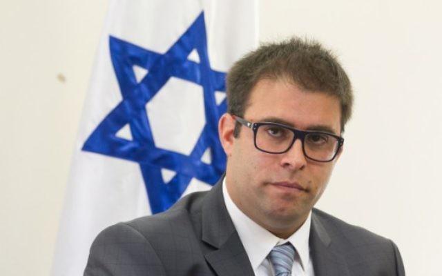 Le député du Likud Oren Hazan pendant une conférence de presse à la Knesset, le 12 octobre 2015. (Crédit : Miriam Alster/Flash90)