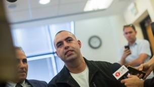 L'ancien employé de la résidence du Premier ministre, Guy Eliyahu, s'exprime devant les médias alors qu'il arrive à son procès contre le Bureau du Premier ministre au tribunal du travail régional de Jérusalem, le 29 octobre 2015 (Crédit : Yonatan Sindel/Flash90)