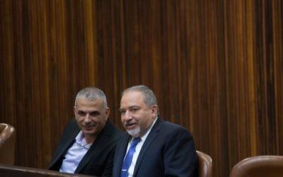 Moshe Kahlon, à gauche, et Avigdor Liberman, à la Knesset, le 18 novembre 2015. (Crédit : Yonatan Sindel/Flash90)