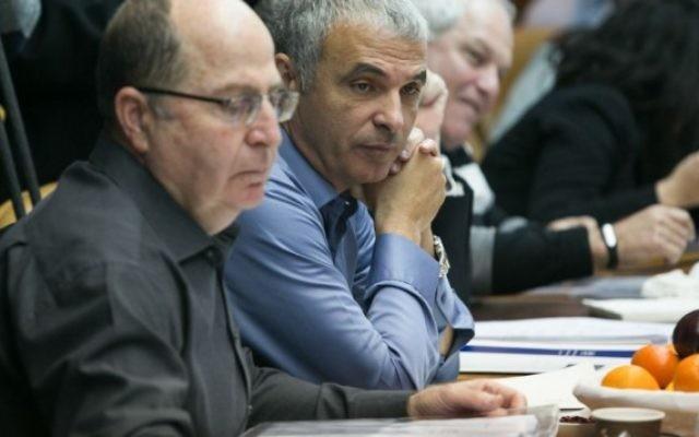 Le ministre de la Défense Moshe Yaalon (à gauche) et le ministre des Finances Moshe Kahlon pendant la réunion hebdomadaire du gouvernement dans les bureaux du Premier ministre à Jérusalem, le 24 janvier 2016. (Crédit : Ohad Zwigenberg/POOL)