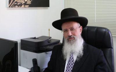 Le rabbin Avraham Yossef dans les bureaux du rabbinat de Holon, le 17 février 2016. (Crédit : Yaakov Cohen/Flash90)