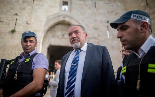 Le député Avigdor Liberman visite la porte de Damas dans la Vieille Ville de Jérusalem, suite à un attentat terroriste, le 9 mars 2016. (Crédit : Yonatan Sindel/Flash90)