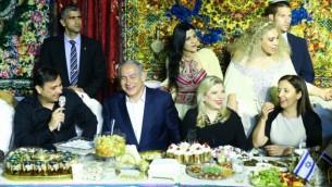 Le Premier ministre Benjamin Netanyahu et son épouse Sara assistent à la célébration juive marocaine de la Mimouna, à Yavne le 30 avril 2016  (Crédit : Flash90)