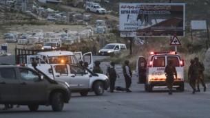 Les forces israéliennes de sécurité à l'endroit où trois soldats ont été blessés dans une attaque à la voiture-bélier, près de Dolev, en Cisjordanie, le 3 mai 2016 (Flash90)