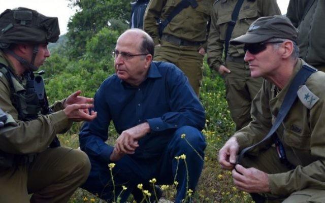 Moshe Yaalon, au centre, et le vice chef d'Etat-major Yair Golan, le 14 avril 2015. (Crédit : Ariel Hermoni/ministère de la Défense/Flash90)