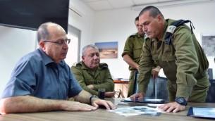 Le ministre de la Défense, Moshe Yaalon (à gauche), le chef d'état-major de Tsahal, Gadi Eisenkot et le général Eyal Zamir, au siège du Commandement Sud, près de la frontière israélienne avec Gaza, le 5 mai 2016 (Crédit : Ariel Hermione / Ministère de la Défense)