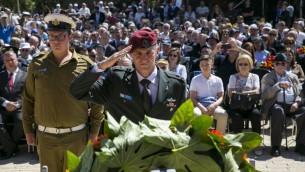 Le vice chef d'Etat-major de l'armée israélienne, Yair Golan, pendant une cérémonie mémorielle au musée de Yad Vashem le jour de Yom HaShoah, le 5 mai 2016. (Crédit : Olivier Fitoussi/Pool)