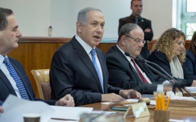 Le Premier ministre Benjamin Netanyahu pendant la réunion hebdomadaire du gouvernement dans ses bureaux, à Jérusalem, le 8 mai 2016 (Crédit : Emil Salman/POOL)