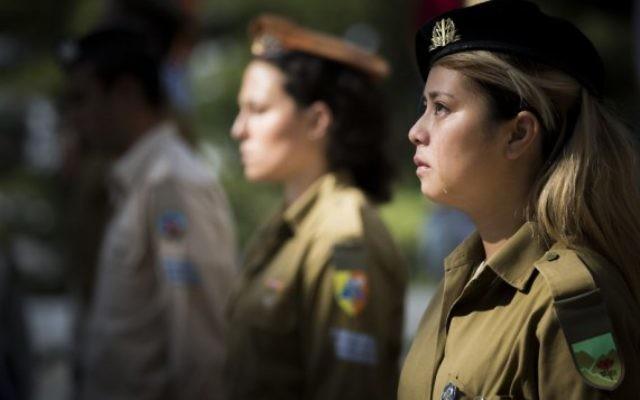 Soldats israéliens pendant une cérémonie du drapeau au cimetière militaire du mont Herzl à Jérusalem, le 8 avril 2016. (Crédit : Yonatan Sindel/Flash90)