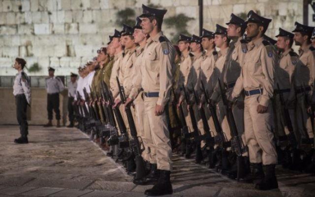 Soldats israéliens pendant la cérémonie de Yom HaZikaron, le Jour du Souvenir, au mur Occidental, le site le plus saint du judaïsme, dans la Vieille Ville de Jérusalem, le 10 mai 2016. (Crédit : Hadas Parush/Flash90)