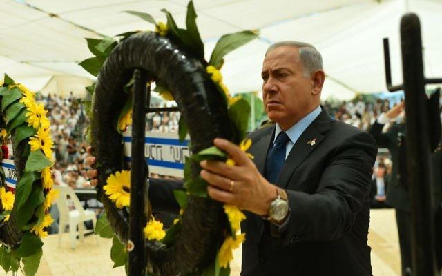 Le Premier ministre Benjamin Netanyahu lors d'une cérémonie à Yom HaZikaron à la mémoire des victimes du terrorisme, au cimetière militaire du mont Herzl à Jérusalem, le 11 mai 2016 (Crédit : Kobi Gideon / GPO)