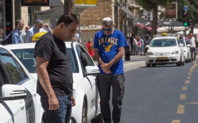 Alors que des sirènes résonnent pendant deux minutes dans tout Israël, les passants respectent un moment de silence en hommage aux soldats tombés, pour Yom HaZikaron, à Jérusalem, le 11 mai 2016. (Crédit : Nati Shohat/Flash90)