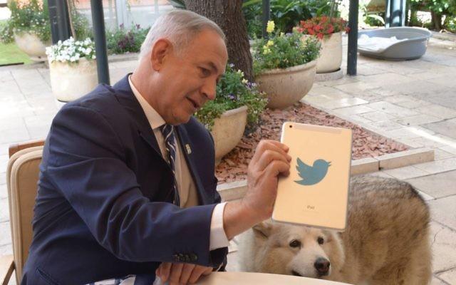 Le Premier ministre Benjamin Netanyahu  répond aux questions sur Twitter, dans sa résidence de Jérusalem, alors qu'Israël célébrait sa 68e Journée de l'indépendance, le 12 mai 2016 (Crédit : Amos Ben Gershom/GPO)