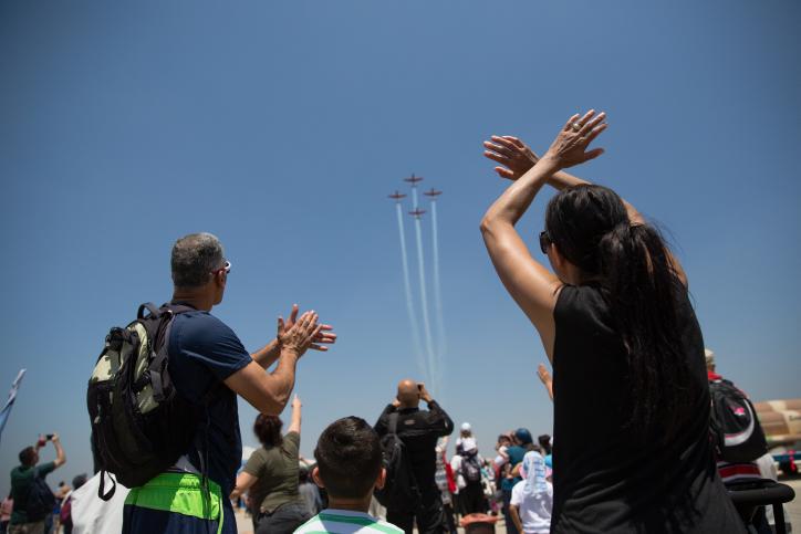 Le spectacle militaire aérien vu depuis la base aérienne de Tel Nof, pour le 68e Yom HaAtsmaout du pays, le 12 mai 2016. (Crédit : Corinna Kern/Flash90)