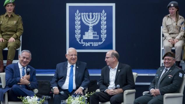 Le Premier Ministre Benjamin Netanyahu (à gauche), le président Reuven Rivlin (2e à gauche), l'ancien ministre de la Défense Moshe Yaalon (2e à droite) et le chef d'état-major de Tsahal Gadi Eisenkot rient au cours d'une cérémonie  pour les soldats d'exception lors du 68e Jour de l'indépendance, à la résidence présidentielle, à Jérusalem, le 12 mai 2016 (Crédit : Yonatan Sindel/Flash90)