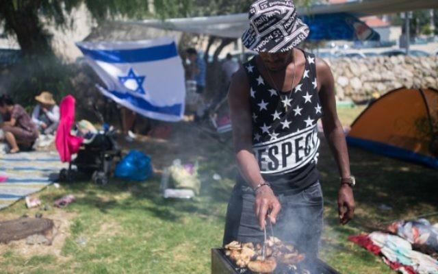 Des Israéliens font des barbecues au cours des célébrations du Jour de l'Indépendance d'Israël, à Jérusalem, le 12 mai 2016 (Crédit : Yonatan Sindel/Flash90)