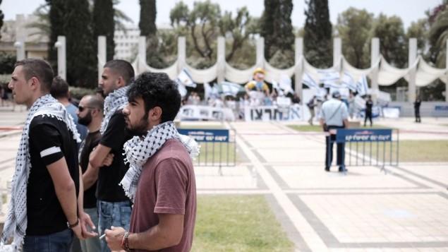 Des étudiants arabes israéliens et militants de gauche pendant le service mémoriel d'un rassemblement marquant l'anniversaire de la Nakba à l'université de Tel Aviv, le 15 mai 2016. (Crédit : Tomer Neuberg/Flash90)