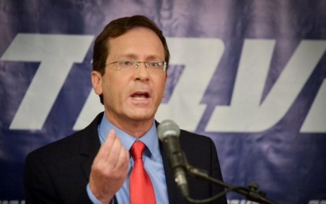 Le chef de l'opposition Isaac Herzog pendant une conférence de presse au siège de l'Union sioniste à Tel Aviv, le 18 mai 2016. (Crédit : Flash90)