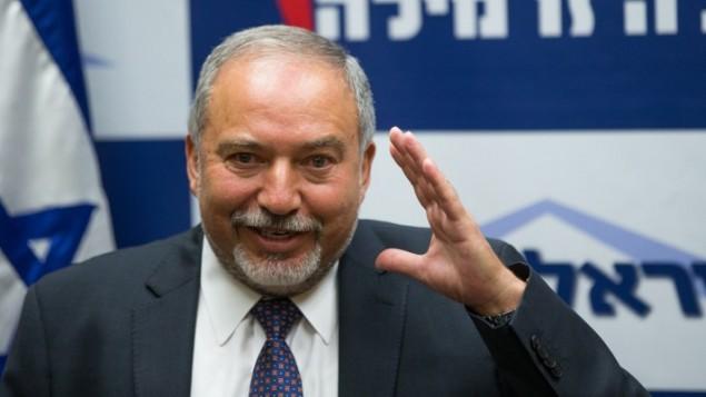 Le chef du parti Yisrael Beytenu, Avigdor Liberman, prend la parole lors d'une conférence de presse à la Knesset, le 18 mai 2016 (Crédit : Yonatan Sindel/Flash90)