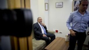 Avigdor Liberman, chef du parti Yisrael Beytenu, avec le ministre du Tourisme Yariv Levin pendant les négociations sur la formation de la coalition à la Knesset, le 19 mai 2016. (Crédit : Yonatan Sindel/Flash90)