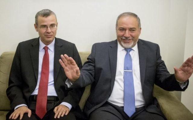 Avigdor Liberman (à droite) et Yariv Levin durant les pourparlers pour la coalition, jeudi matin, le 19 mai 2016. (Crédit : Yonatan Sindel/Flash90)