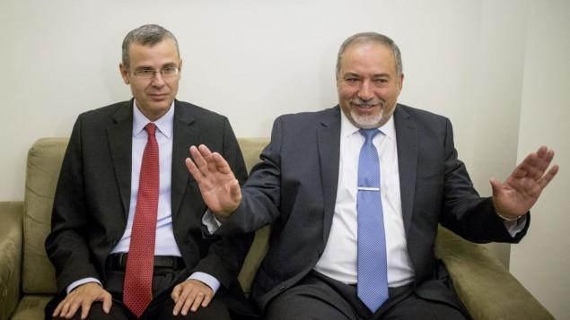 Avigdor Liberman, à gauche, et Yariv Levin durant les pourparlers pour la coalition, jeudi matin (Crédit : Yonatan Sindel/Flash90)