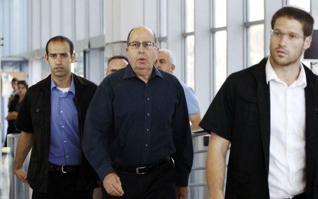 Le ministre de la Défense sortant, Moshe Yaalon, se rend à une conférence de presse pour annoncer sa démission, au quartier général de l'armée de Tel Aviv, le 20 mai 2016. (Crédit : Miriam Alster/Flash90)