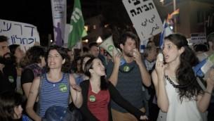 Manifestation place Habima contre la nomination d'Avigdor Liberman comme ministre de la Défense, à Tel Aviv, le 21 mai 2016. (Crédit : Tomer Neuberg/FLASH90)
