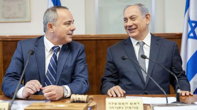 Le Premier ministre Benjamin Netanyahu (à droite) et le ministre de l'Energie Yuval Steinitz pendant la réunion hebdomadaire du cabinet, à Jérusalem, le 22 mai 2016. (Crédit : Emil Salman/Pool)