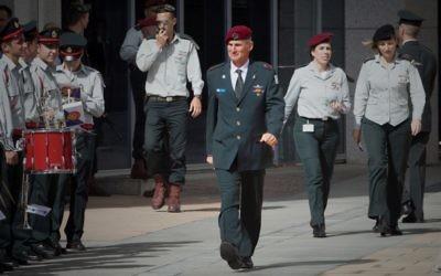 Yair Golan avant la cérémonie d'adieux pour l'ancien ministre de la Défense, Moshe Yaalon, aux quartiers généraux de l'armée, à Tel Aviv, le 22 mai 2016. (Crédit : Miriam Alster/Flash90)