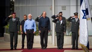 Le ministre de la Défense sortant Moshe Yaalon avec l'Etat-major de l'armée israélienne au quartier général de l'armée à Tel Aviv, le 22 mai 2016. (Crédit : Miriam Alster/Flash90)