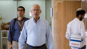 Benny Begin, député du Likud, se rend à une réunion de son parti à la Knesset, le 23 mai 2016. (Crédit : Miriam Alster/Flash90)