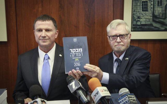 Yosef Shapira (à droite) remet le dernier rapport du contrôleur d'Etat au président de la Knesset, Yuli Edelstein, le 24 mai 2016. Illustration. (Crédit : Isaac Harari/Flash90)