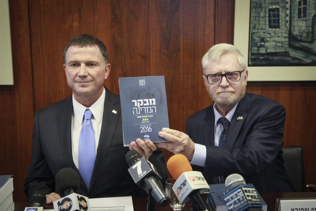 Le contrôleur d'Etat Yosef Shapira (à droite) remet le dernier rapport du contrôleur d'Etat au président de la Knesset, Yuli Edelstein, le 24 mai 2016 (Crédit : Isaac Harari / Flash90)