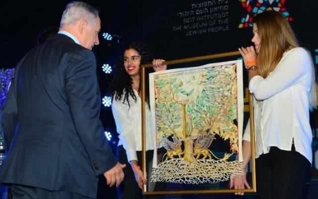 Présentation au Premier ministre Benjamin Netanyahu de son arbre généalogique pendant l'inauguration d'une nouvelle aile de Beit Hatfutsot, le musée du peuple juif, le 24 mai 2016. (Crédit : Kobi Gideon/GPO)