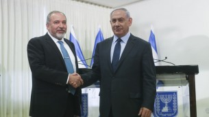 Le Premier ministre Benjamin Netanyahu et le chef du parti Yisrael Beytenu Avigdor Liberman après la signature de l'accord de coalition, à la Knesset, le mercredi 25 mai 2016. (Crédit : Yonatan Sindel/Flash90)