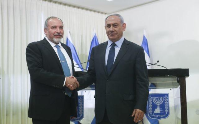 Le Premier ministre Benjamin Netanyahu (à droite) et le chef du parti Yisrael Beytenu Avigdor Liberman après la signature de l'accord de coalition, à la Knesset, le mercredi 25 mai 2016. (Crédit : Yonatan Sindel/Flash90)