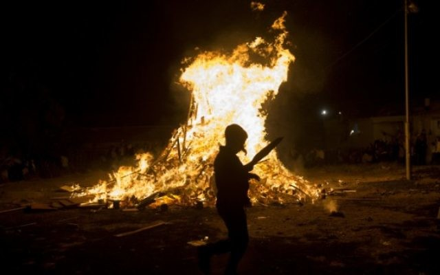 Des juifs ultra-orthodoxes près d'un feu de joie pendant Lag BaOmer, dans le quartier Mea Shearim de Jérusalem, le 25 mai 2016. (Crédit : Yonatan Sindel/Flash90)