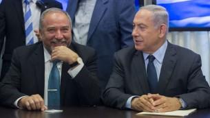 Le Premier ministre Benjamin Netanyahu et le leader de Yisrael Beytenu, Avigdor Liberman, anoncent leur accord de coalition, le 25 mai 2016 (Crédit : Yonatan Sindel/FLASH90)